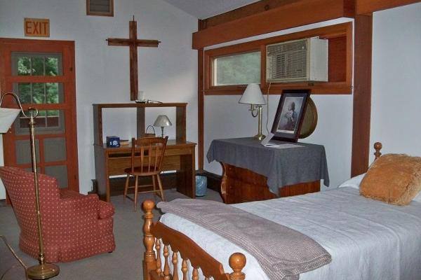 Chambers Room with Twin Bed and Air Conditioning