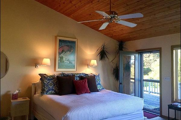 King bed, twin bed, pull-out twin bed, fireplace, private bath.Superior view.