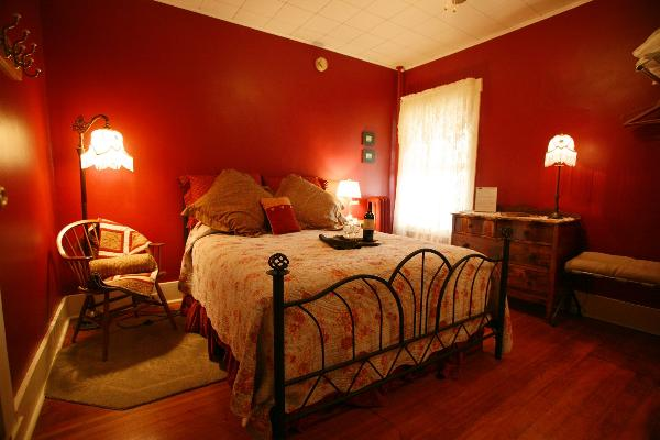 Room with one Queen bed, Private Bath, A/C, Ceiling Fan