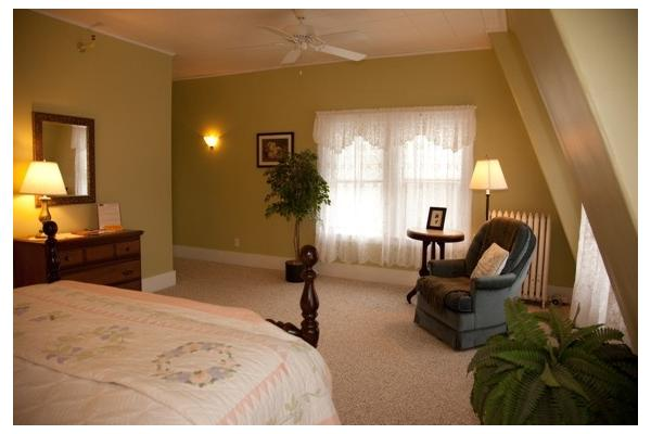 Large Room with Queen Bed, Twin pull-out, Private Bath