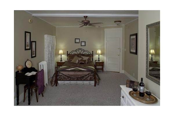 Large Room with Queen Bed, Private Bath