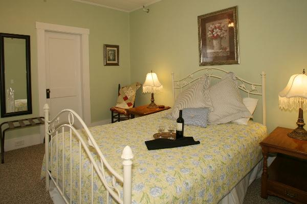 Suite with Queen Bed, Twin Bed in Suite room, Private Bath