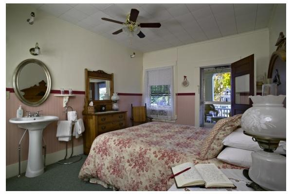 Room with Queen bed, 2nd floor porch access, Private Bath