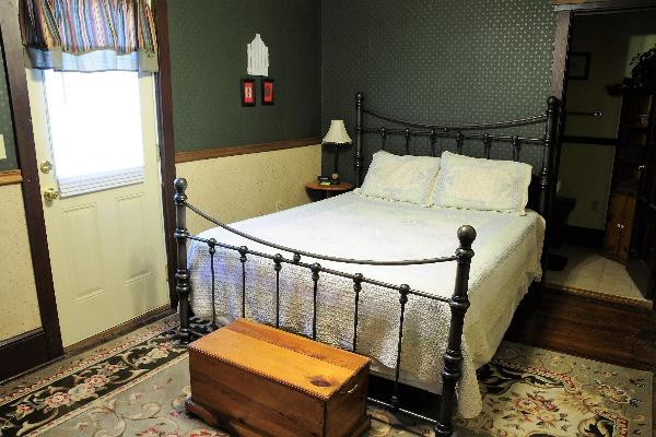 Coal Room -Queen bed
