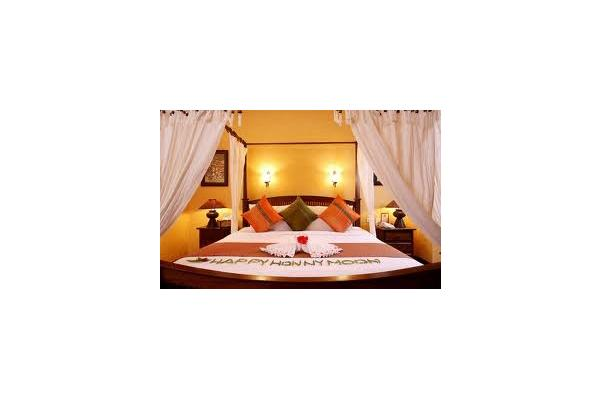 Honeymoon Suites ought to be immersed in absolute romantic ambience. This is exactly what Hotel Golden Hornbill offers. With a Round bed and spacious bath tub, our suite proves to be a perfect place