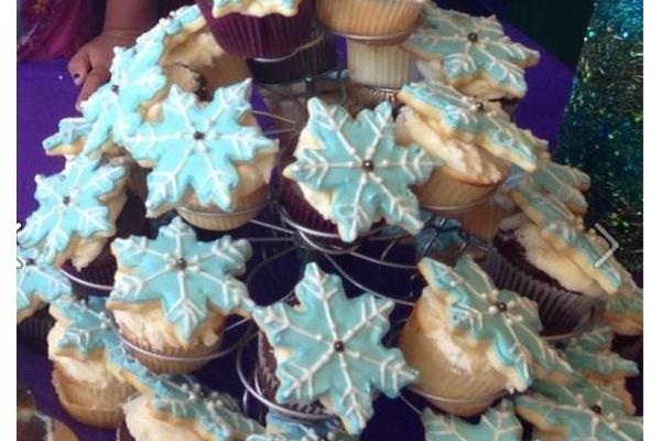 Frozen Theme Cupcakes with Cookies
