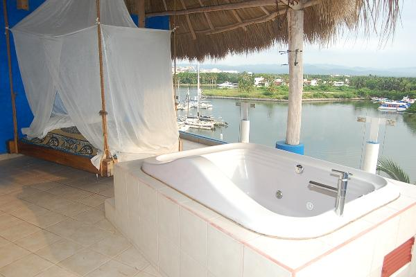 Penthousedesire one Hot tub and hanging bed enjoy a romantic evening all week,??