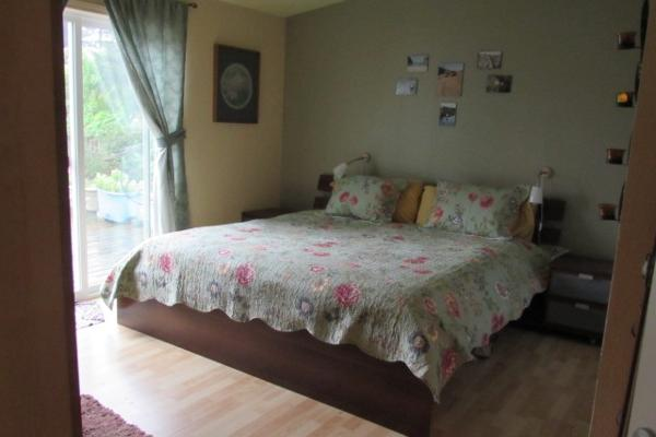 Cozy private room with private bath in comfy home 300 yards from Tillamook Bay. Room has private entrance and large deck