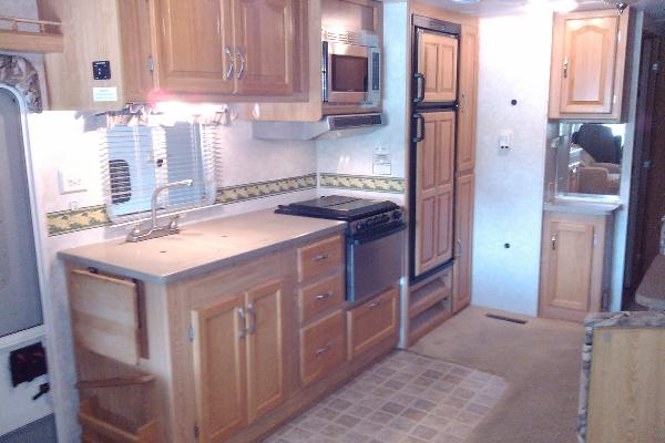 Full Kitchen with fridge/freezer, stove/oven, microwave, double kitchen sink, pantry cabinet