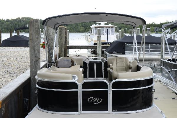 Pontoon: 20ft Manitou Aurora with 50hp Yamaha
