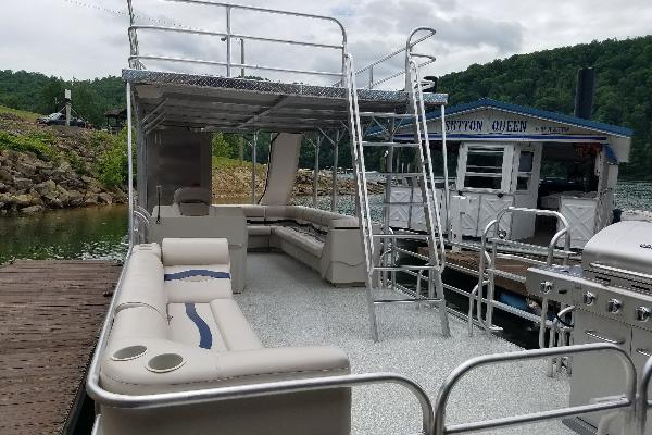 large roomy 30' long and 10' wide boat
